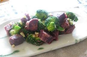 紫芋とナッツ、ブロッコリーのサラダ